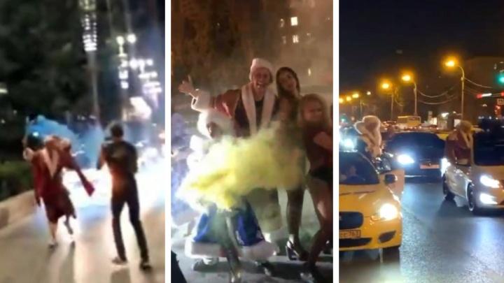 Снова решили хайпануть? Танцы посреди дороги в центре Екатеринбурга устроили блогеры в новогодних костюмах