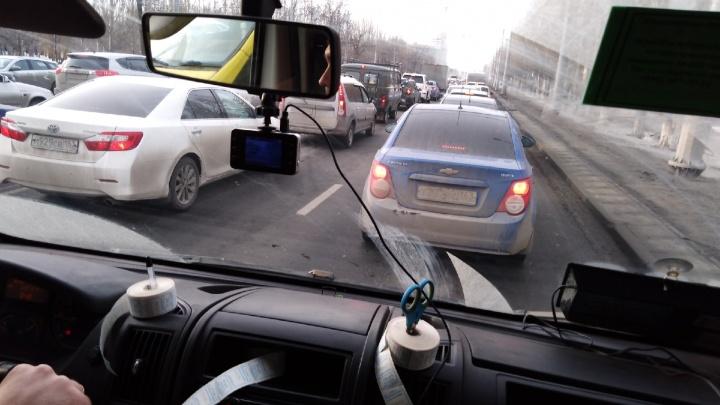 Московское шоссе сковала гигантская пробка