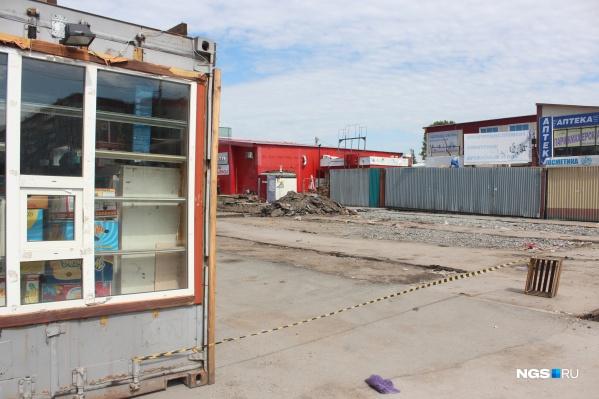 На месте рынка сейчас развороченный асфальт и груды мусора