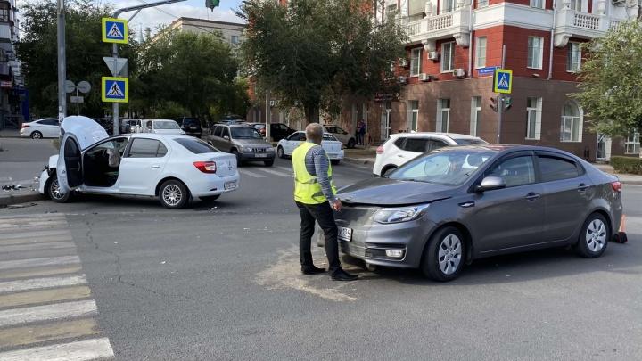 «Проскочить решил»: в центре Волгограда столкнулись две иномарки