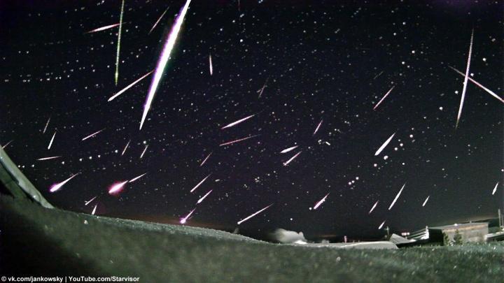 «Так детально отснять раньше не удавалось»: уральский фотограф запечатлел метеоры с ярким зеленым следом