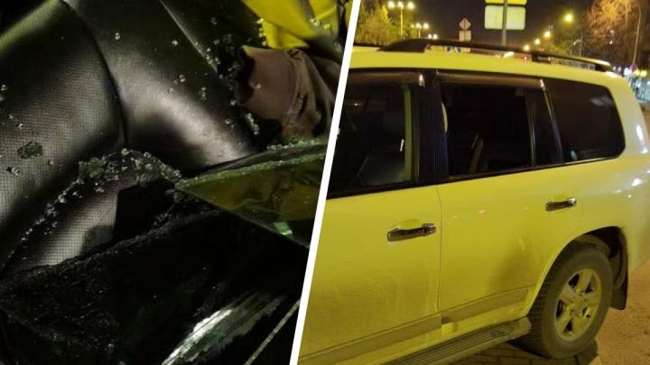 Разбил стекло за несколько секунд: в Екатеринбурге ограбили дорогую иномарку