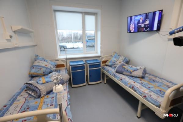 """На прошлой неделе тяжелых пациентов с ковидом начали принимать в построенном под Челябинском <a href=""""https://74.ru/text/health/69538513/"""" target=""""_blank"""" class=""""_"""">областном инфекционном стационаре</a>"""