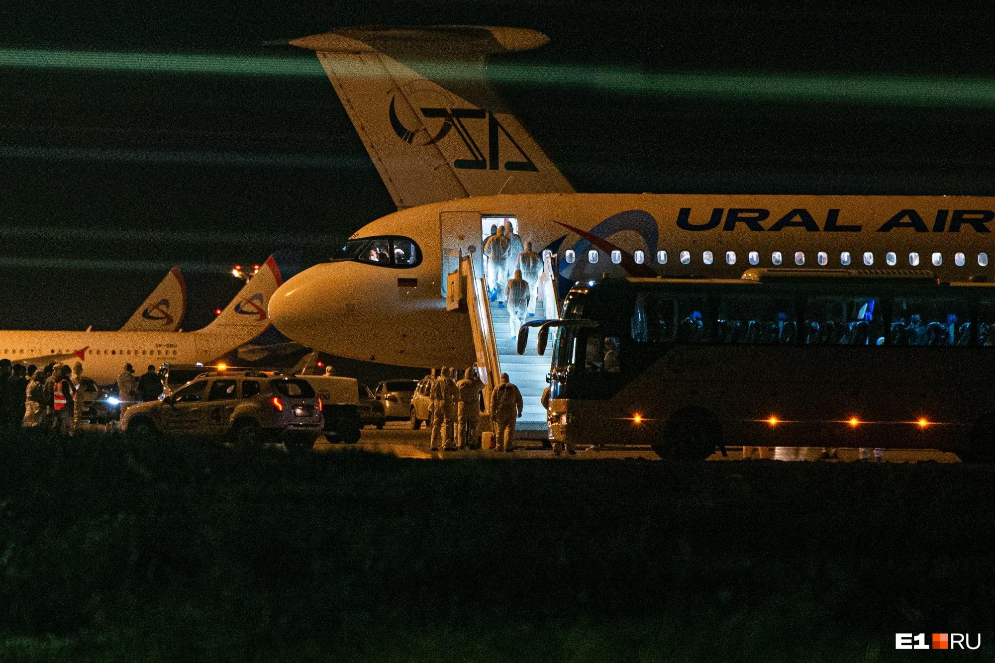А это ночной Екатеринбург, весна. В аэропорт Кольцово прибыл один из первых заграничных рейсов — из Бангкока вывозили русских туристов. Просто так выходить из самолета пассажирам не дали, сначала их по всем коронавирусным правилам осмотрели врачи
