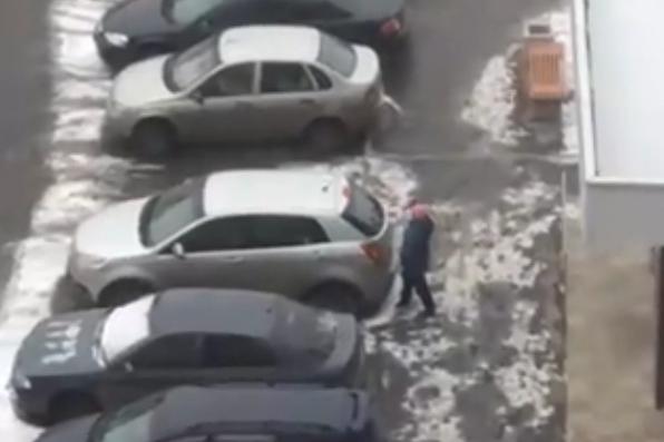 Соседи сдали психиатрам женщину, портившую автомобили во дворе