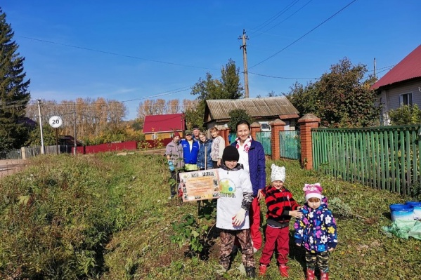 Юный эколог Матвей Анискин на фоне аллеи в честь участника ВОВ. Тут деревья ещё в целости