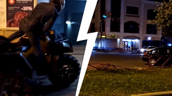 «Квадроцикл летел в воздухе»: в Ярославле пьяный гонщик разгромил забор у ТЮЗа и скрылся. Видео