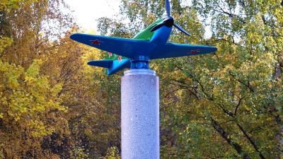 Основание стелы — вал бумажной машины: в Новодвинске открыли необычный памятник героям-авиаторам