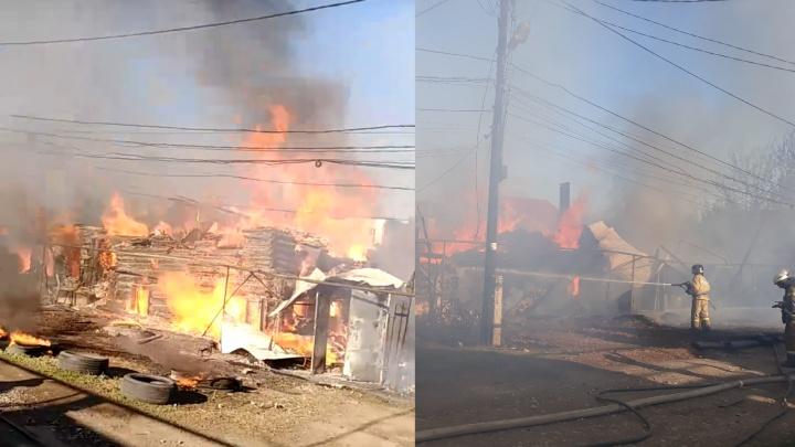 «Ветер разносил огонь»: фото и видео с места пожара за железнодорожным вокзалом Самары