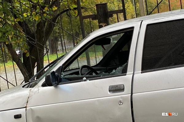 В автомобилях били боковые стекла