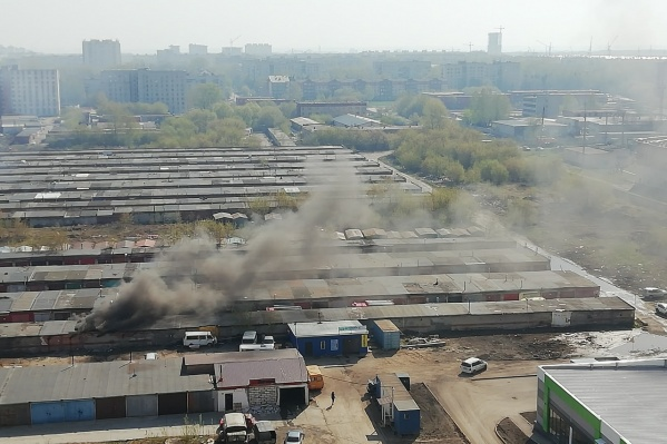 В Кировском районе Новосибирска загорелись гаражи