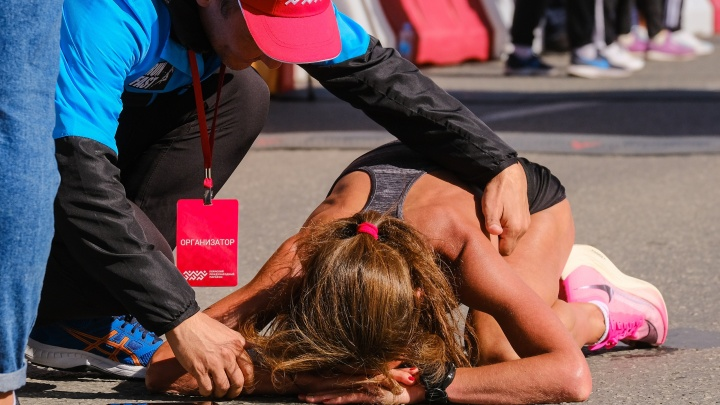 Падали после финиша и плакали от счастья. 25 самых ярких и сильных фото с пермского марафона