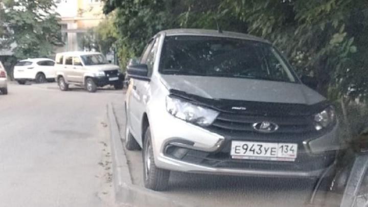 «Для пешеходов целая дорога осталась»: автохамы Волгограда выдавливают пешеходов на проезжую часть