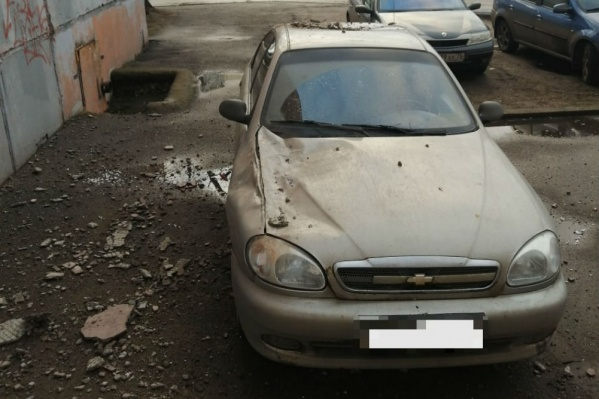 В Ярославле припаркованную у дома машину помяло упавшими кусками штукатурки