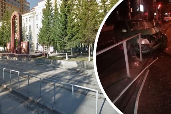 Автомобиль снёс несколько пролётов ограждения трамвайных путей<br>