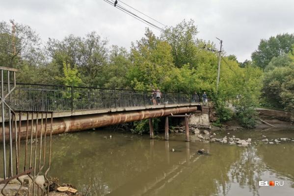 Сейчас пруд и мост через него выглядят так