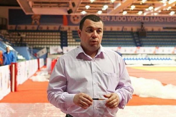 Спортсменов бывших не бывает. Это доказывает Сергей Вотинов, начальники управления областного департамента по физической культуре, спорту и дополнительному образованию, который может похвастаться отличной растяжкой