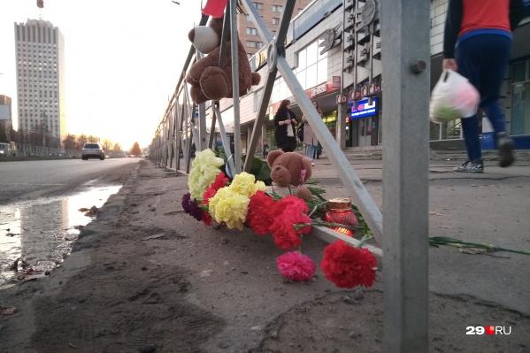 Такой стихийный мемориал появился на месте вчерашнего ЧП<br>