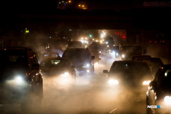 Ночью водителям советуют быть внимательнее, но не все следуют этому наставлению
