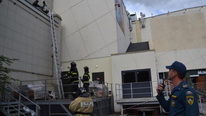 Из ТРК «Урал» в Челябинске повалил дым, приехали пожарные