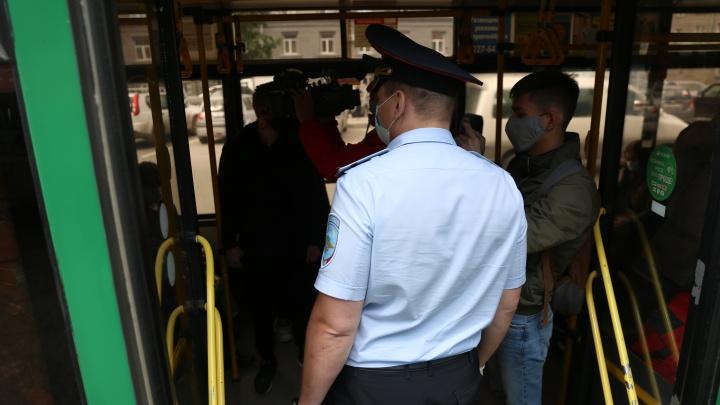 «Вызывайте кого хотите». В транспорте начались конфликты из-за масок — пассажирам грозят полицией