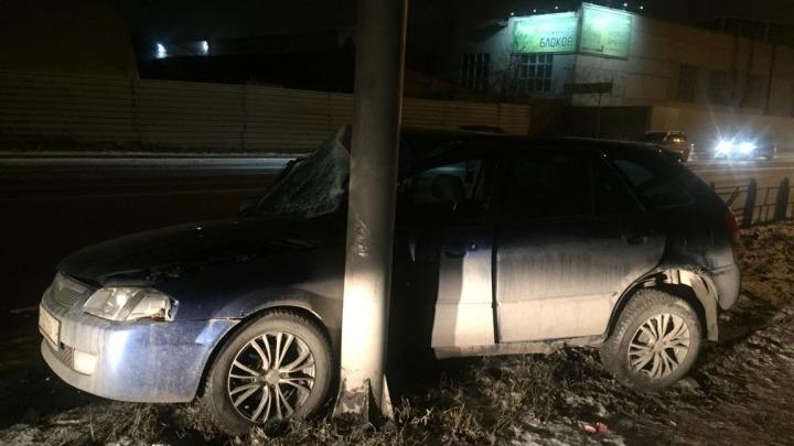 В Омске пьяного водителя на «Мазде» смог остановить только бетонный столб