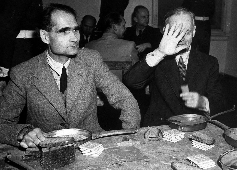 Личный секретарь, заместитель Адольфа Гитлера по нацистской партии Рудольф Гесс и министр иностранных дел Германии Иоахим фон Риббентроп (слева направо) во время обеденного перерыва на Нюрнбергском процессе 20 ноября 1945 года