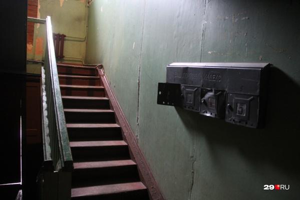 Притон, по информации прокуратуры, был организован в обычной квартире двухэтажного дома