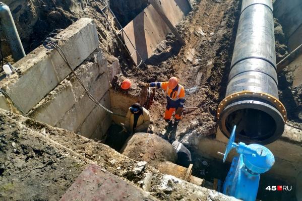 В Кургане произошла авария на сетях, из-за чего коммунальщики перекроют воду