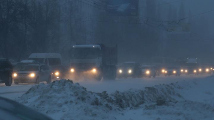 Из-за двухметровых сугробов и сильного бурана в Башкирии перекрыли трассу для всех видов транспорта