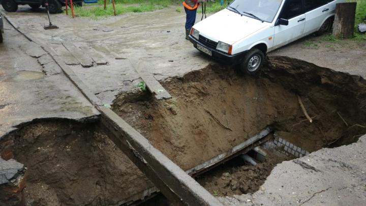 Машина зависла над бездной: в Волгограде во дворе жилого дома разверзся асфальт