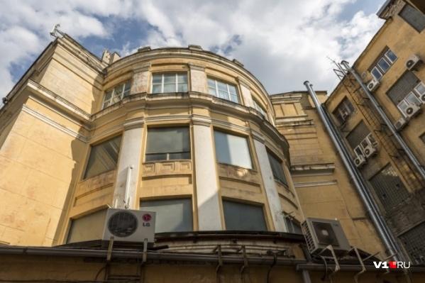 Комитет располагается в здании бывшего ЦУМа