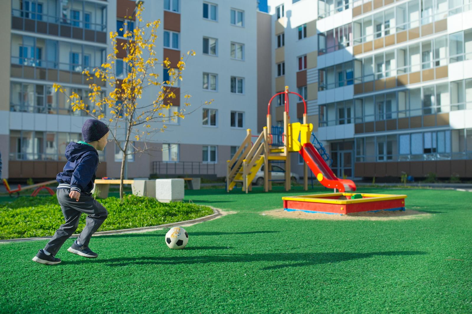 На ровном газоне летом удобно играть в футбол, загорать и ходить босиком