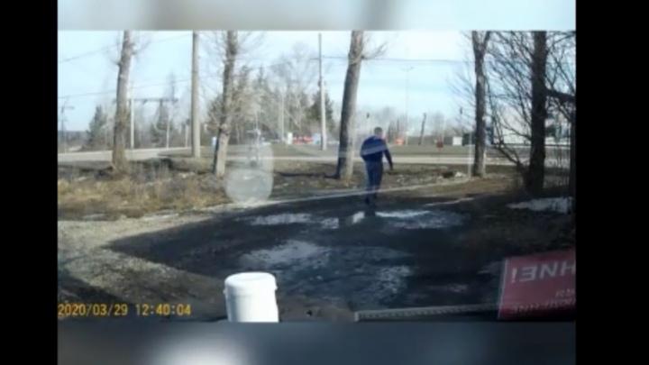 На Щербакова хулиган запустил булыжник в машину смотрителя камеры: видео
