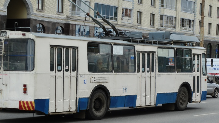 В Екатеринбурге пьяный «зацепер» избил водителя троллейбуса за просьбу слезть с лестницы
