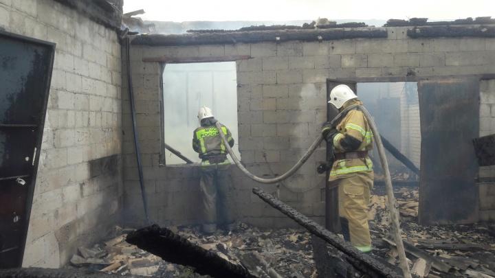 Топил печку, чтобы согреться: в Дубовском районе заживо сгорел человек
