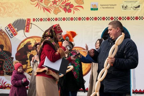 Генеральный партнёр праздника — компания «Калинка» — дарила гостям колбасы, сертификаты, угощала блинчиками с сосиской и готовила челябинцев к Великому Посту