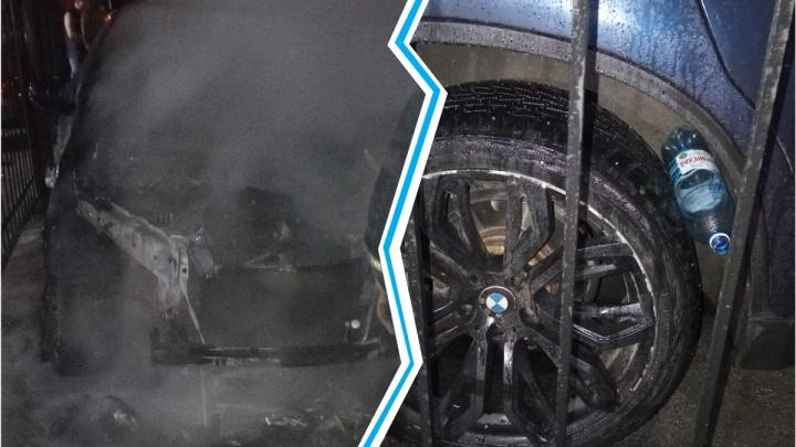 В Новосибирске ночью во дворе сгорел BMW X6 — очевидцы нашли у него под колесом бутылку с бензином