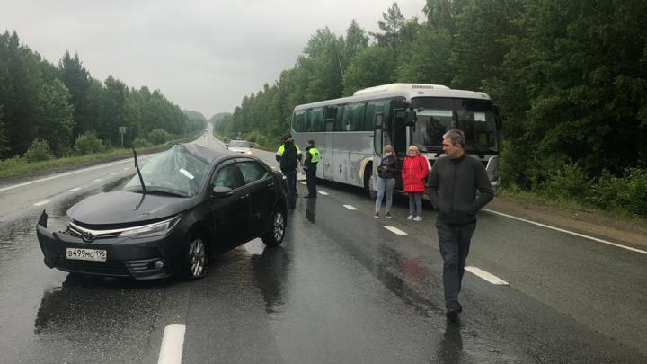 На Серовском тракте автобус снес Toyota, стоявшую поперек трассы