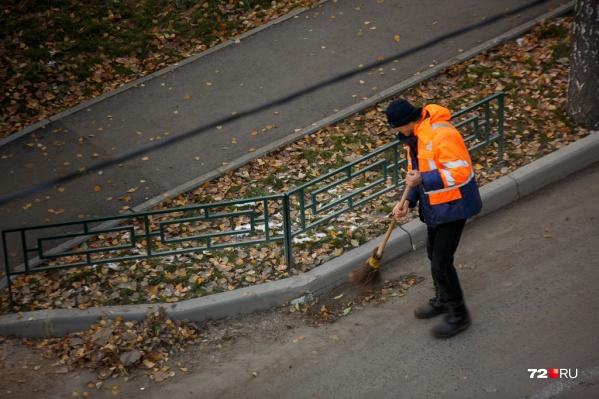 Мужчину заставили прибирать улицы