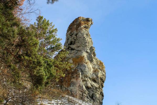 Скала имеет название в честь необычной формы, которую можно увидеть только с одной стороны