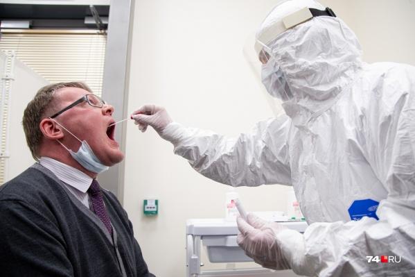 Тест на коронавирус представляет собой забор мазка из носоглотки и мокроты