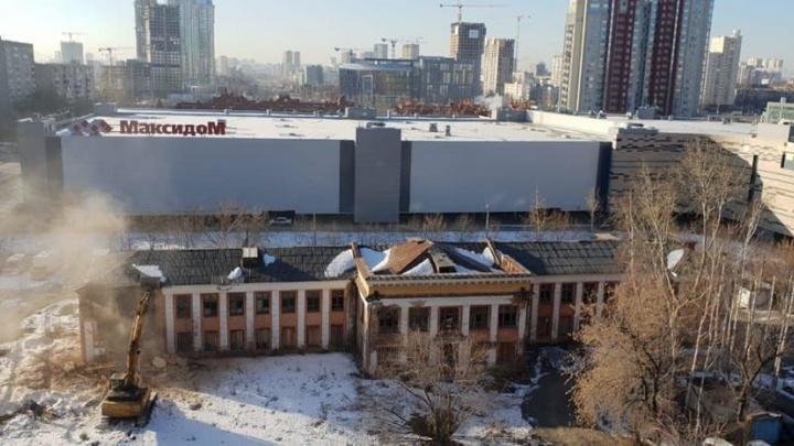 «Очередное добротное здание»: на Тверитина начали сносить заброшенную школу