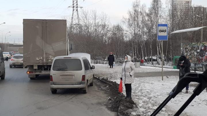 Все заставлено: уральские транспортники призвали губернатора очистить остановки от автохамов