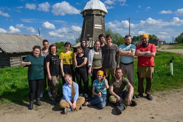"""Это фото совсем свежее, из недавней поездки волонтеров в Ровдину Гору. Стать добровольцем, кстати, может каждый. Подробности — на <a href=""""http://rovdinagora.ru/"""" target=""""_blank"""" class=""""_"""">сайте проекта</a>"""