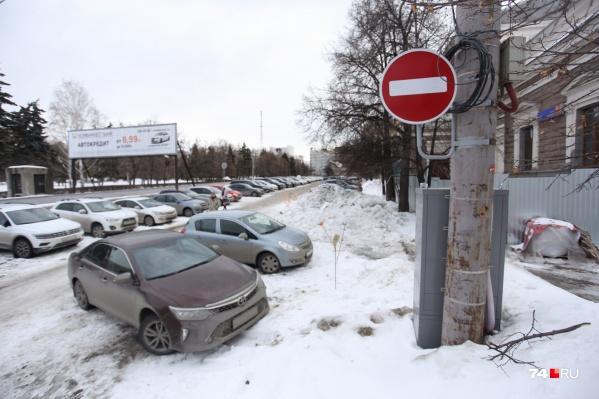 В мэрии заявили, что запретили парковаться на площади Революции