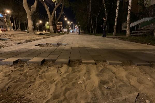 Кроме обустройства парковок, на тротуары укладывают плитку. Говорят, она может служить долго, если на ней зимой не колоть лед