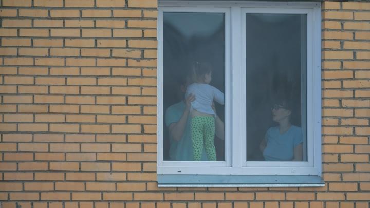 Семью закрыли на изоляцию из-за контакта младенца с инфицированным. Предписание вручили спустя 9 дней