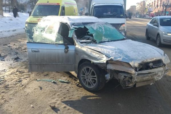От удара у машины выбило лобовое стекло