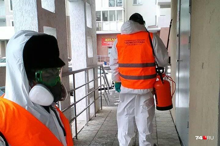 Для дезинфекции микрорайона сотрудникам управляющей компании выдали всё необходимое